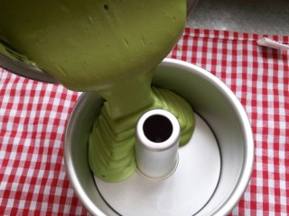 (后蛋法)抹茶戚风蛋糕,将蛋糕糊倒入模具