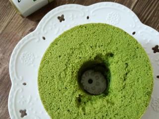 (后蛋法)抹茶戚风蛋糕,烤好的蛋糕装在密封袋或密封盒里冷藏保存3天内  超过3天就会长黑斑