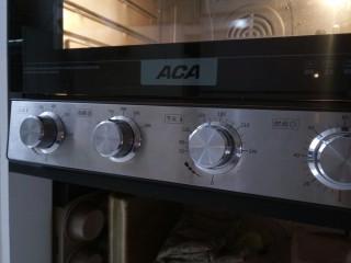 (后蛋法)抹茶戚风蛋糕,这时候预热烤箱 上下管120度预热10分钟