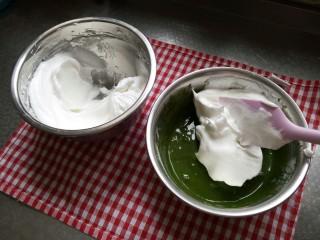 (后蛋法)抹茶戚风蛋糕,开始拌蛋糕糊了 取三分之一蛋白加入抹茶面糊中翻拌或切拌均匀后 再取一半的蛋白继续拌匀 注意不要画圈圈搅拌因为蛋白会消泡 这样蛋糕就失败了