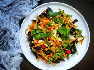 爽口凉拌鲜虫草花,营养美味健康的凉拌新鲜虫草花就好了,颜色丰富,营养健康!