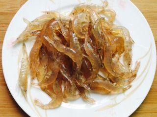 韭菜炒小白虾,小白虾洗干净沥干水分剪掉虾须备用