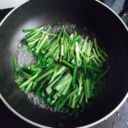韭菜炒小白虾,把韭菜放进锅里焯一下即捞出沥干水分