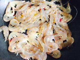韭菜炒小白虾,放入小白虾