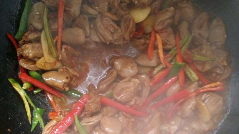 下饭又下酒的辣椒酱爆鸡心,放青椒丝,红椒丝翻炒。(这里还可以根据个人口味适当放少许盐调味,我是不放的啦)