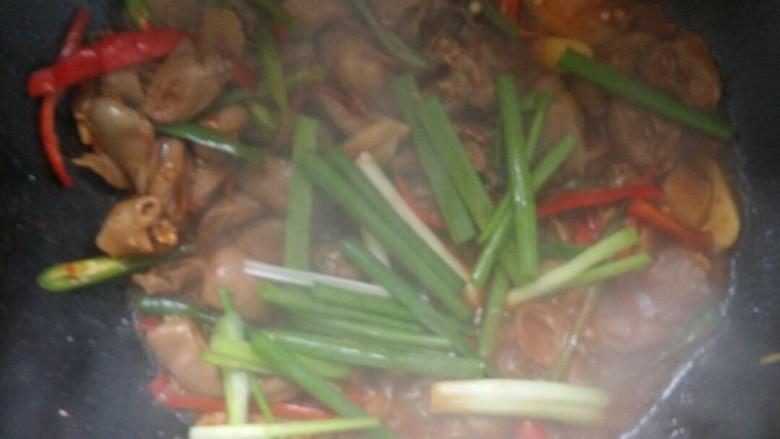 下饭又下酒的辣椒酱爆鸡心,撒葱段。