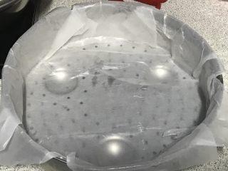 电饭煲+玉米面发糕,蒸帘比电饭锅内胆小一圈,包上油纸,刷一层油。