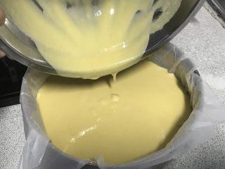 电饭煲+玉米面发糕,面糊倒入蒸帘里。