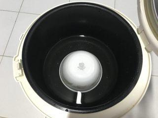 电饭煲+玉米面发糕,电饭煲底部倒扣一个碗,水位到1/3碗。