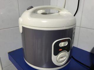 电饭煲+玉米面发糕,盖上盖子,启动煮饭模式。