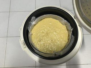 电饭煲+玉米面发糕,轻轻把蒸帘放在碗上,不要过度摇晃。