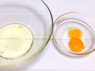 宝宝辅食之手指饼干,蛋清蛋黄分离。蛋清装到无油无水的容器里。