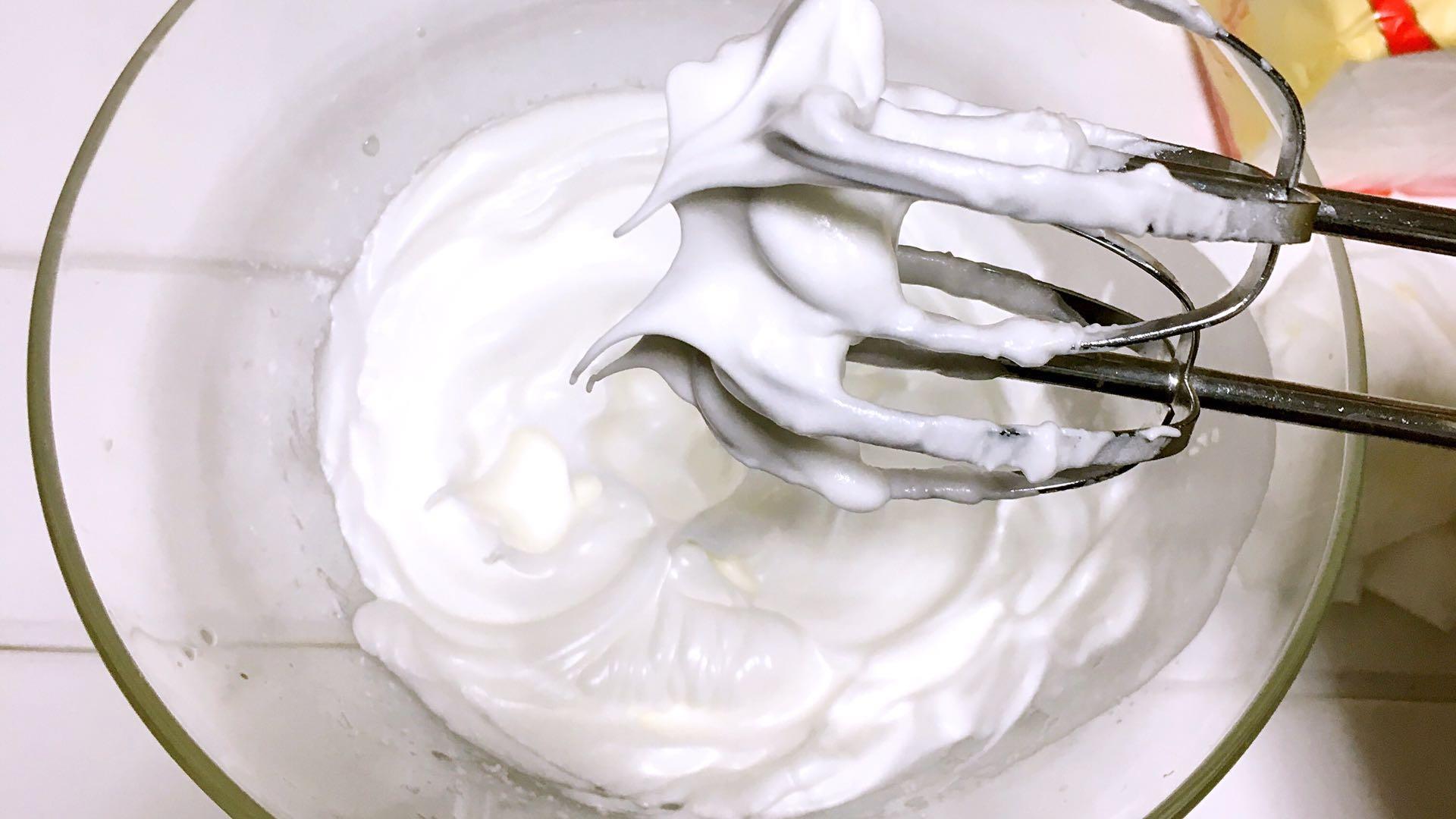 宝宝辅食之手指饼干,蛋清里滴入2滴白醋或柠檬汁,然后将30克糖粉三次加入,</p> <p>第一次加入白糖打发至粗泡鱼眼状,</p> <p>第二次加入白糖后打发至湿性发泡,(打蛋器上可以拉出小弯钩,即为湿性发泡;)。</p> <p>第三次加入白糖后打发至提起打蛋器时有小尖峰(蛋白打至湿性发泡时,继续用电动打蛋器搅拌,直至出现打蛋端朝上,蛋白都不会滴落、弯曲(如上图),即为干性发泡;)