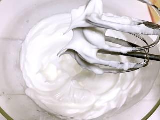 宝宝辅食之手指饼干,蛋清里滴入2滴白醋或柠檬汁,然后将30克糖粉三次加入, 第一次加入白糖打发至粗泡鱼眼状, 第二次加入白糖后打发至湿性发泡,(打蛋器上可以拉出小弯钩,即为湿性发泡;)。 第三次加入白糖后打发至提起打蛋器时有小尖峰(蛋白打至湿性发泡时,继续用电动打蛋器搅拌,直至出现打蛋端朝上,蛋白都不会滴落、弯曲(如上图),即为干性发泡;)