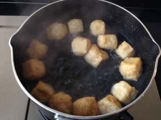 鸭血粉丝汤,油豆泡用开水煮2分钟后捞出,再放入冷水中冲洗,待不烫手时挤出水分