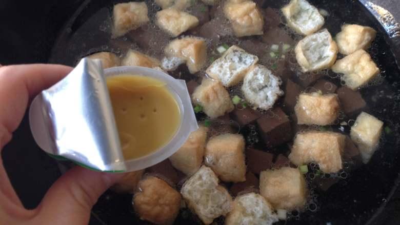 鸭血粉丝汤,将油豆泡和鸭血倒入锅中,同时放入浓汤宝(老母鸡汤口味),煮5分钟左右