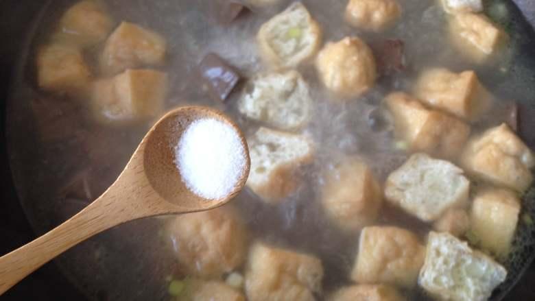 鸭血粉丝汤,放入盐(最好尝一下,如果咸味够了可以不放)