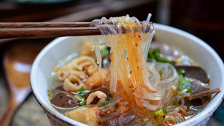 鸭血粉丝汤,盛入碗中,并将鸭胗、鸭肠、鸭心、鸭肝摆在上面,再撒点葱花和香菜,喜欢吃辣的可以放点油辣子就可以开吃啦