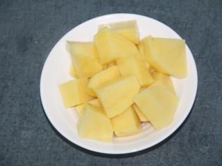 土豆泥酱,先把土豆洗净去皮然后切成块