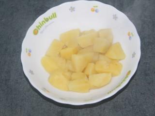 土豆泥酱,蒸熟的土豆块放一个大碗里