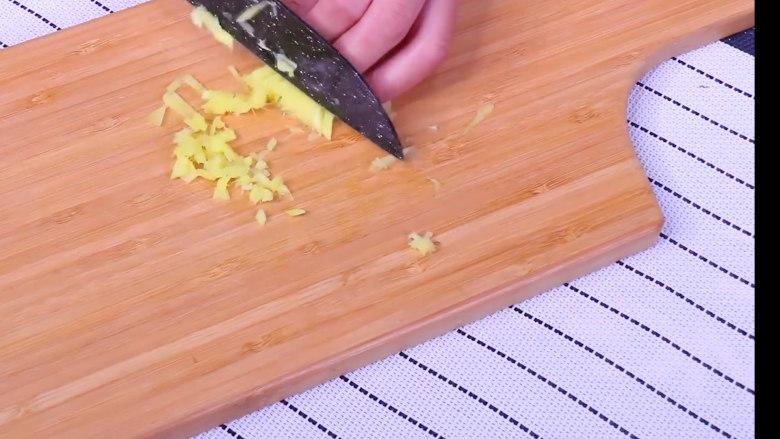 青椒皮蛋,姜蒜切末 小米椒切碎