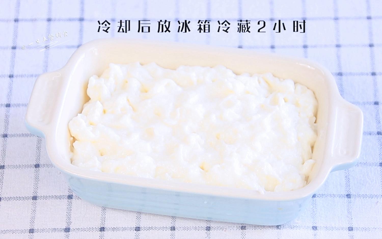 炸牛奶,将碗刷一层油,牛奶糊倒入碗内,冷却后放冰箱冷藏2小时,凝固成糕状。</p> <p>>>我直接将奶冻放窗边,2个小时就冻成了糕,这就是冬天天然的冷藏~冷藏室正常的温度是在0-10度之间,外面的室温刚刚好。