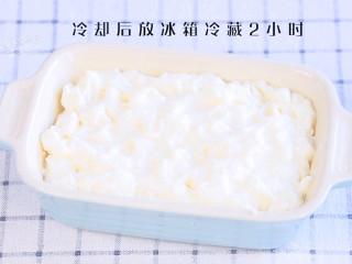 炸牛奶,将碗刷一层油,牛奶糊倒入碗内,冷却后放冰箱冷藏2小时,凝固成糕状。 >>我直接将奶冻放窗边,2个小时就冻成了糕,这就是冬天天然的冷藏~冷藏室正常的温度是在0-10度之间,外面的室温刚刚好。