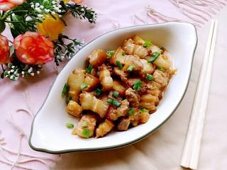 电饭锅+卤五花肉,撒上少许葱花就可以咯