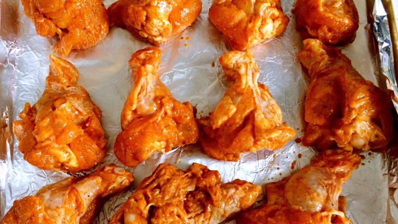 香烤翅根,烤箱可以预热了。把翅根摆放在烤盘里