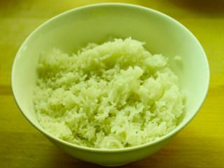 肥牛饭,碗中盛好米饭