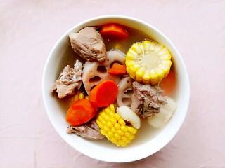粉藕排骨滋補湯,煮好放入兩勺鹽攪拌一下然后裝碗