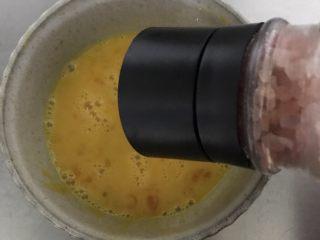 鸡蛋煎馒头,加少许盐