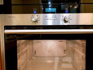 烤羊排,烤箱预热,220度,预热完以后,中层、3D热风烤1个小时左右。