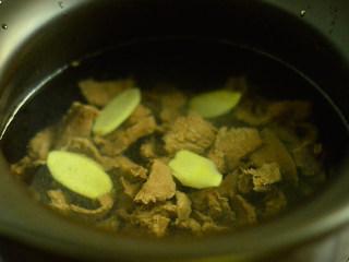 番茄牛肉杂蔬汤,将冲洗干净的牛肉放入煲锅中,注入水,放入姜片,大火烧开,小火煮30分钟