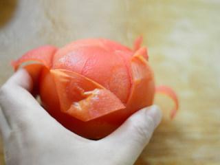 番茄牛肉杂蔬汤,撕掉外皮