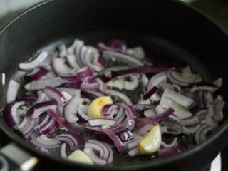 番茄牛肉杂蔬汤,放入洋葱拌炒