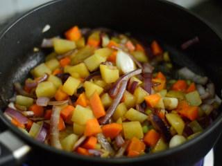 番茄牛肉杂蔬汤,调入酱油