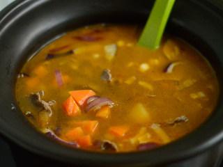 番茄牛肉杂蔬汤,炒匀后放入牛肉汤里,继续煲30分钟