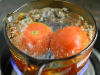 番茄牛肉杂蔬汤,放入滚水中煮1分钟