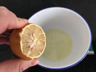 双色蛋白糖,蛋清里加入几滴柠檬汁,可以去蛋腥味,也可维护蛋清打发后的稳定性