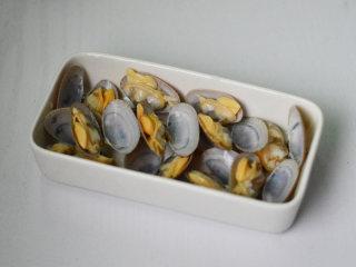 花蛤蒸蛋,用凉水冲洗掉沙子和浮沫,摆入碗中待用