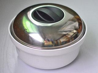 花蛤蒸蛋,盖上盖子,放入蒸锅,隔水大火蒸15分钟
