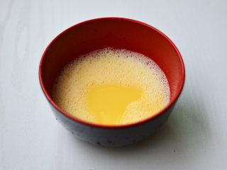 花蛤蒸蛋,鸡蛋打撒,加入150克温水搅匀