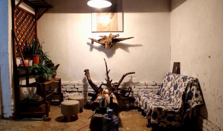 《野居青年》把院子里的老树根挖出来做个茶几,夜深了品上一杯清茶