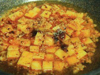 肉末米豆腐,煮开后,下生抽,蚝油,盐,味精调味
