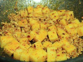 肉末米豆腐,下米豆腐,翻拌均匀