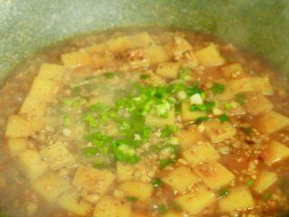 肉末米豆腐,稍微收干一些汤汁,关火撒上葱花