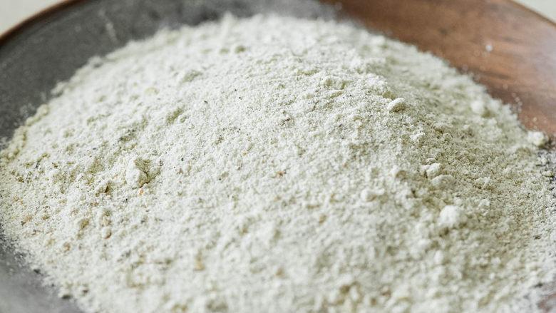 烤鱼,做好的椒盐粉。