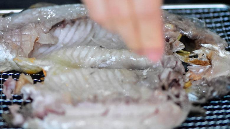 烤鱼,撒上一点点椒盐粉,不用多,因为之前已经用盐腌制过。