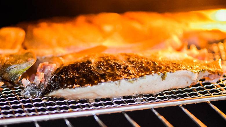 烤鱼,继续放入烤箱中,烤8-10分钟。